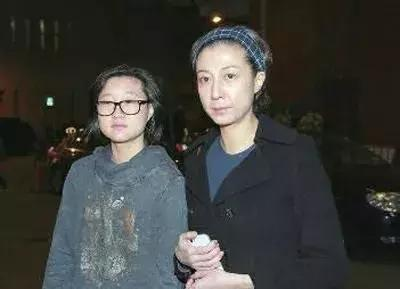 成龙对不起的两个女人,第二位才是生了不养的女儿,第一是她