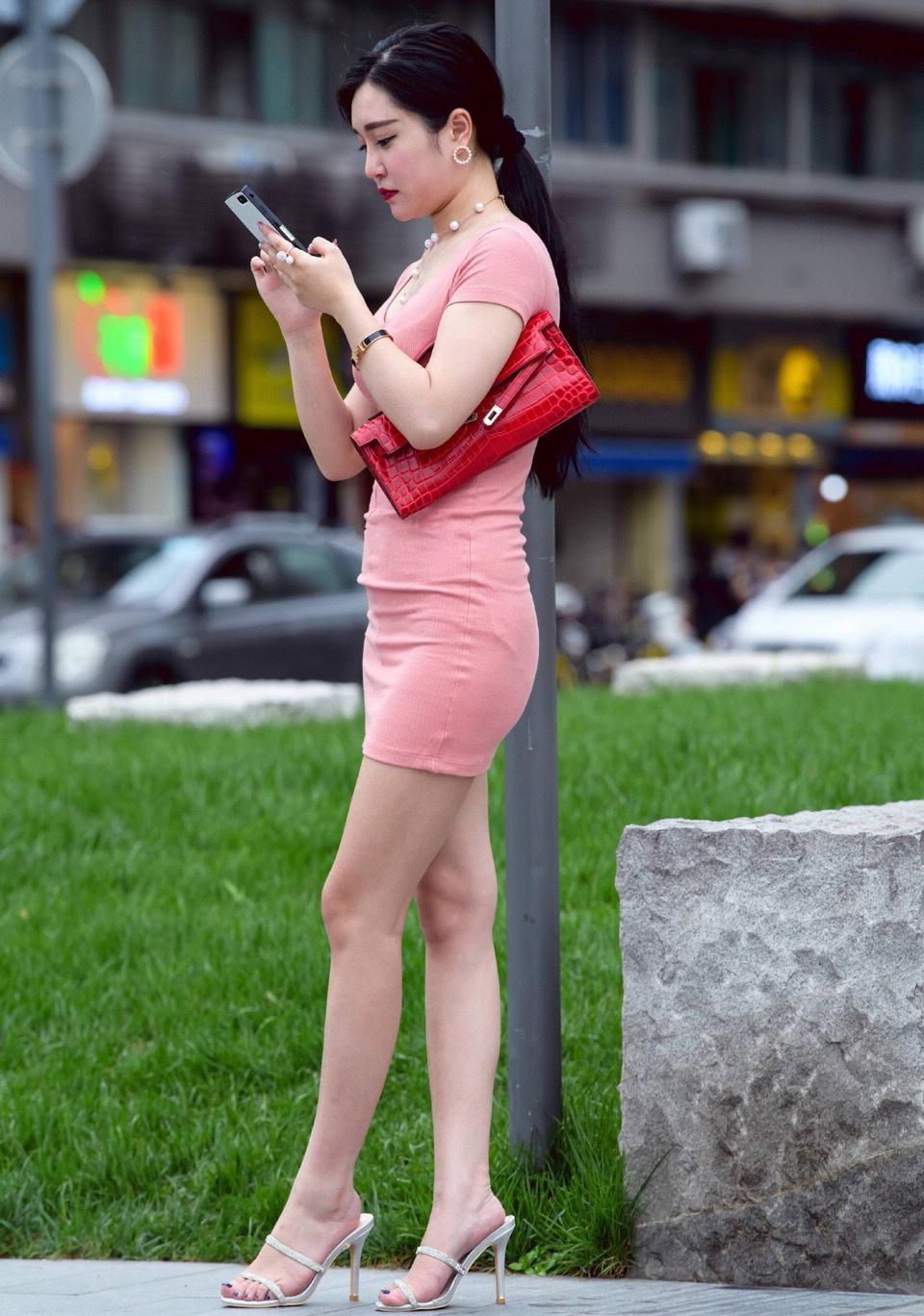 少妇让我射三次�_街拍: 丰满的少妇紧身裙出街, 微胖的会减分吗?