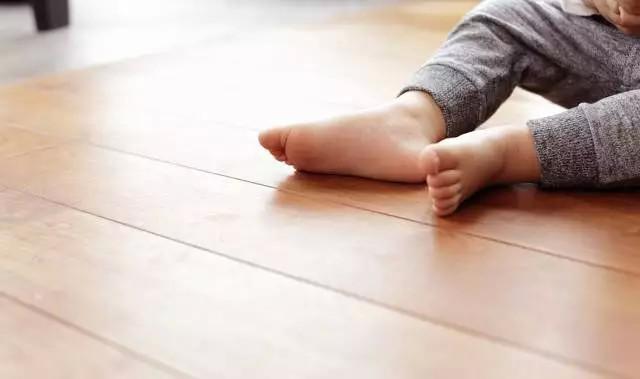 宝宝光脚_原来宝宝光脚,好处这么多,妈妈快让宝宝的脚丫子出来