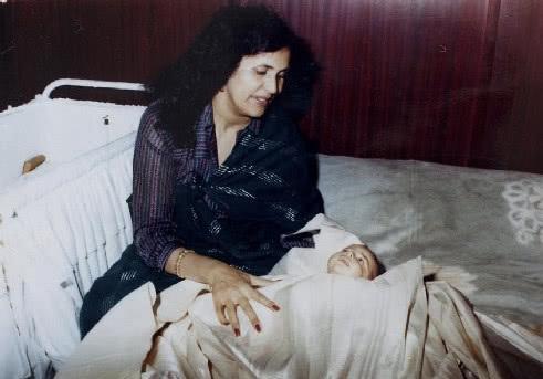 好色妻就去吻_卡扎菲魅力惊人,连女杀手都拜倒在他的西装裤下,嫁他为妻