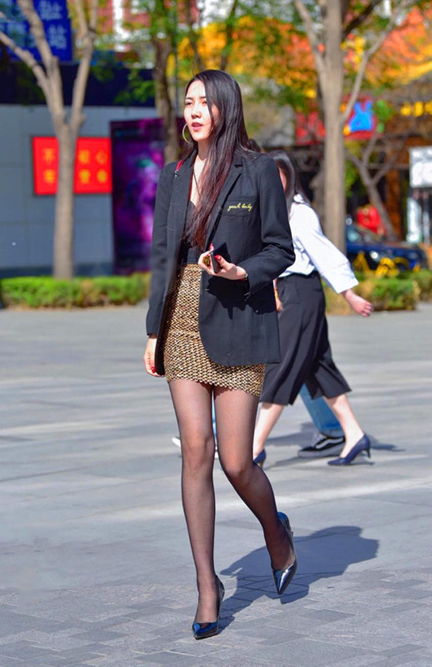高跟鞋丝袜美女�9��_街拍:图1长发美女,丝袜配高跟鞋,图5两位时尚美女,谈笑风生