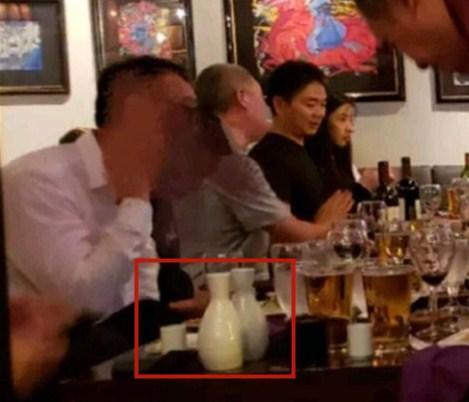 疑似刘强东饭局照流出,正主正脸照曝光,全程坐在刘强东身边