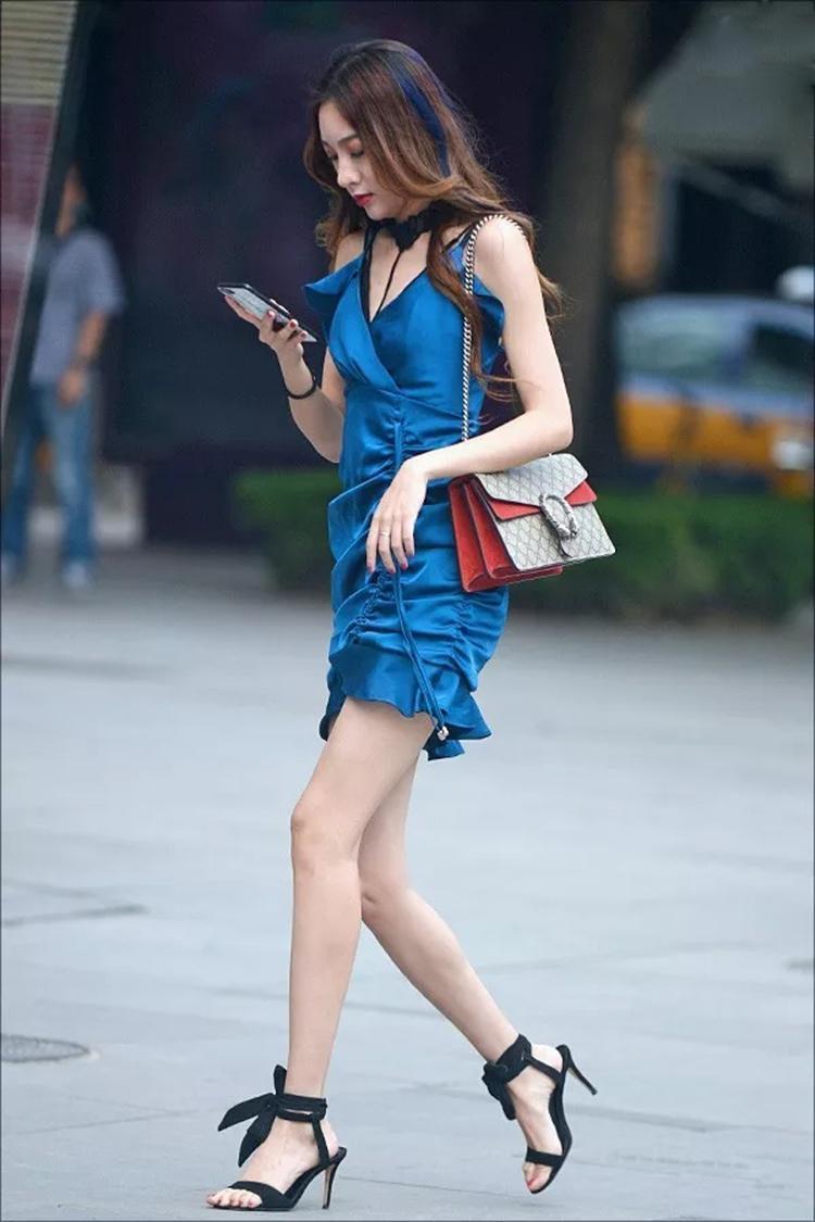 美女蓝色高跟鞋踩蛋_脚踩美女视频穿美女超短裤视频 - 美女溜溜