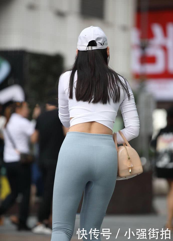 街拍清纯甜美的小姐姐,超紧灰色紧身裤身材看一眼就忘不掉
