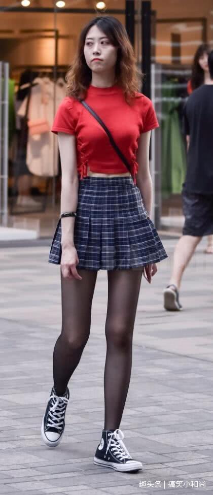 14岁少女丝袜被我操_路人街拍:小姐姐学生裙搭配黑色丝袜,穿出了少女的感觉啊