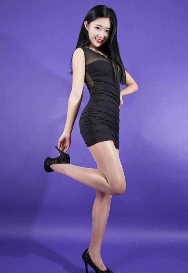 美女926日本873_白色连衣裙穿搭紧身包臀裙,秀长腿,高颜值美女美轮美