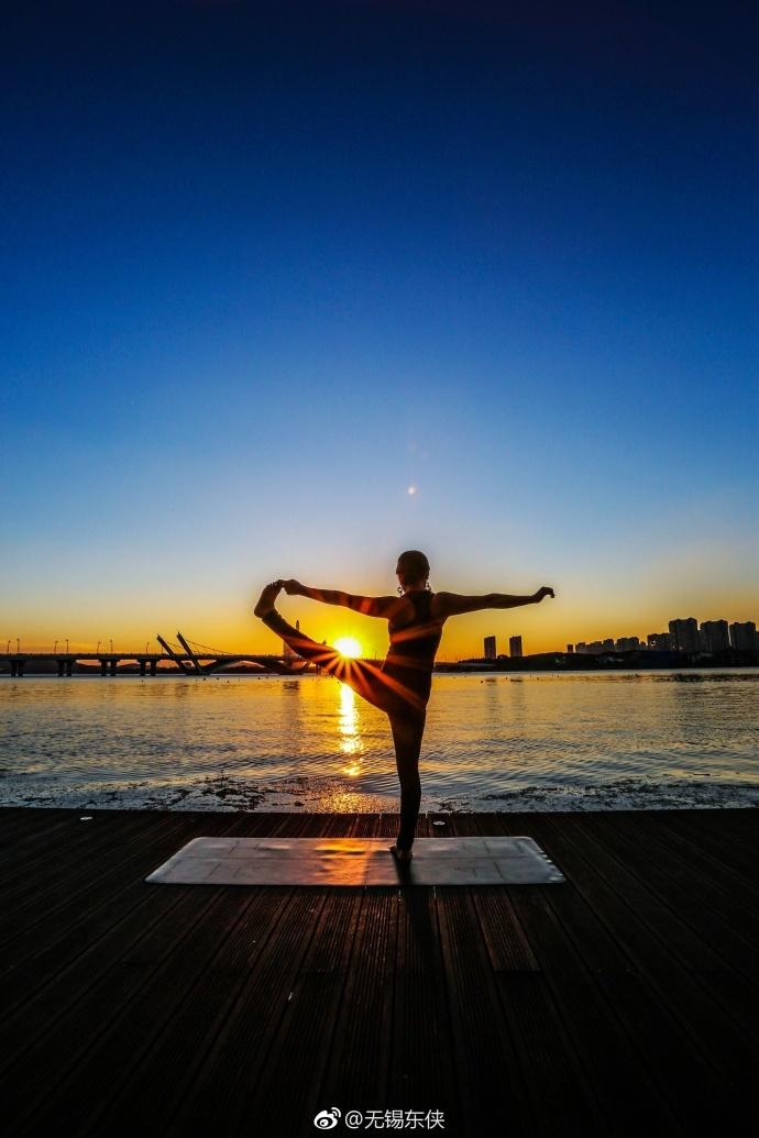 夕陽下練瑜伽,好身材是這么養成的![加油]圖片