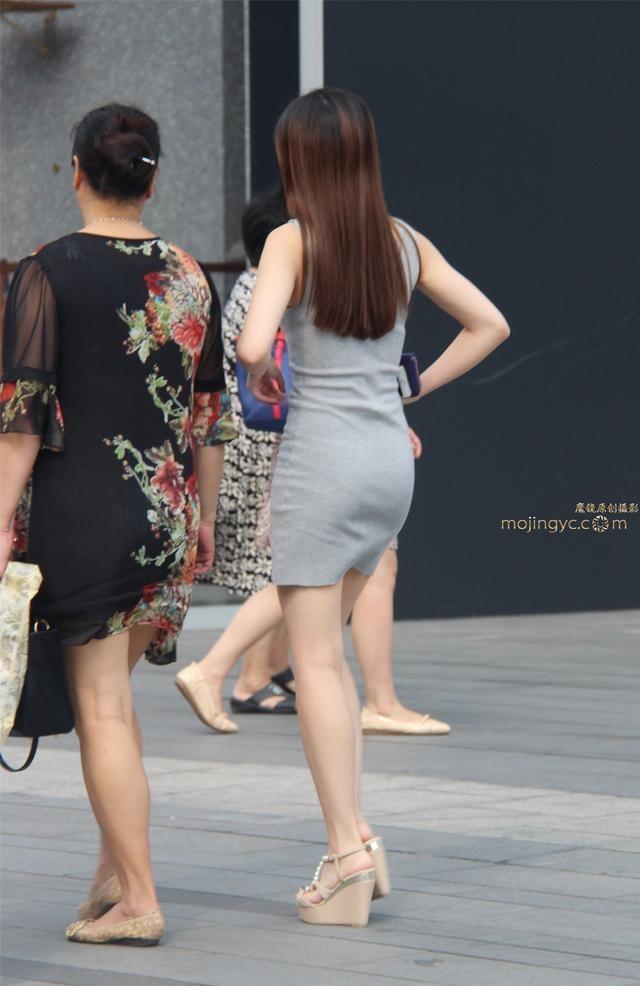 丰满妈妈����_街拍: 性感丰满孝顺美女与妈妈逛街