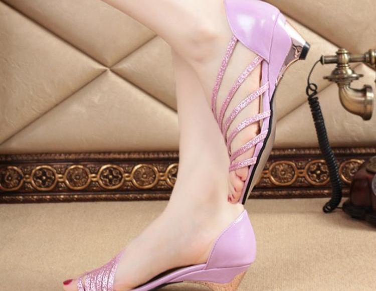 姨的丝脚小�_小姨宁吃半月馒头,也要买的鱼嘴凉鞋,款款简单时尚,穿