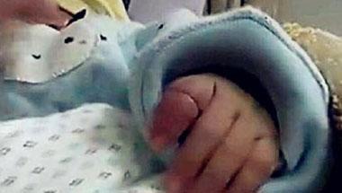 狠狠干肛门做爱_还没满月的宝宝手指肿大如球, 妈妈恨不得狠扇自己几个耳光