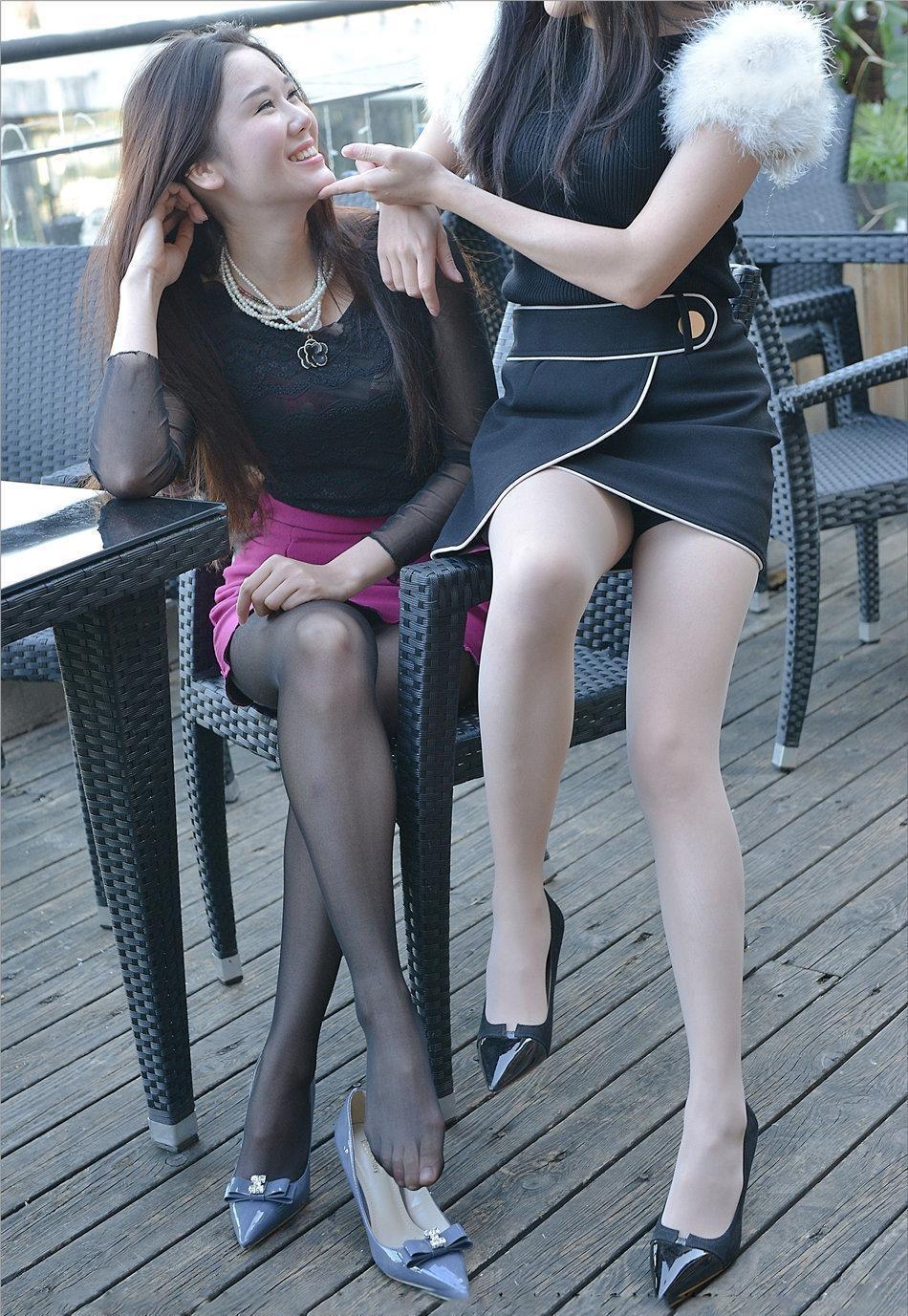 高跟鞋丝袜美女�9��_高跟鞋美女姐妹花, 一个黑色丝袜, 一个白色丝袜, 你