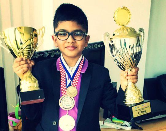一位印度小孩,由于超高的国际象棋天赋,赢得了留在英国的权利