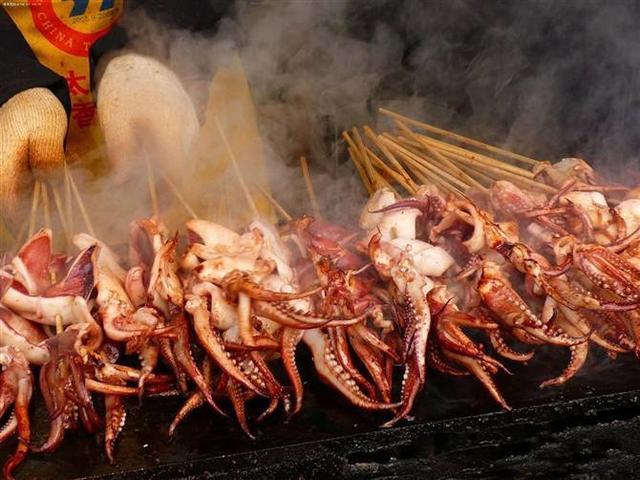 家庭烧烤_手把手教你在家庭烧烤的时候制作大连铁板烤鱿鱼,味道