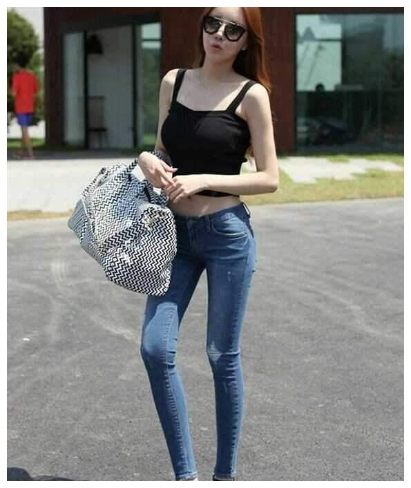 时尚街拍,牛仔裤穿出来帅气的感觉,彰显美女们的美丽身姿!