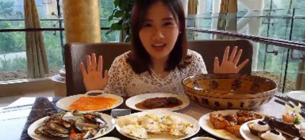【直播app】网红做吃播足以有多假?海鲜都是塑料的,就连火锅底料都仿制!