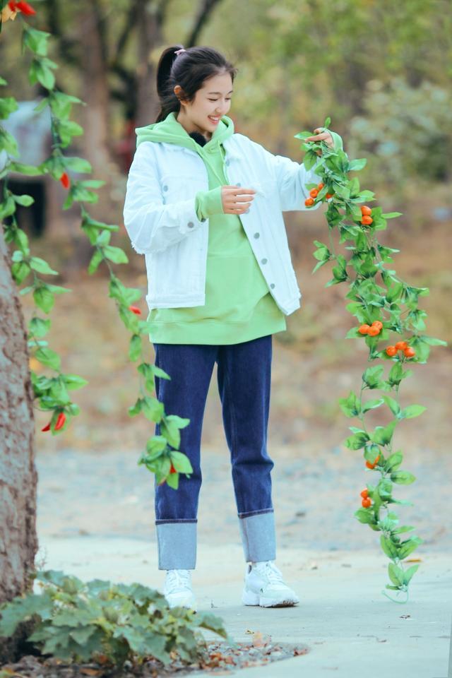 李兰迪也太嫩了,穿果绿色卫衣配拼接牛仔裤,妥妥的元气少女