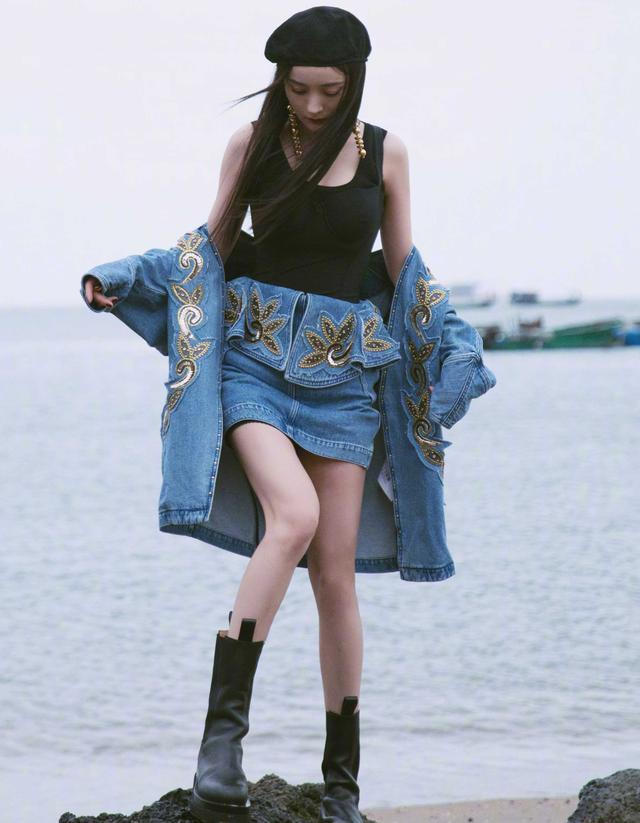 杨幂抹胸衣外穿,配牛仔刺绣套装,海边秀美腿,简直飒爽成风景线