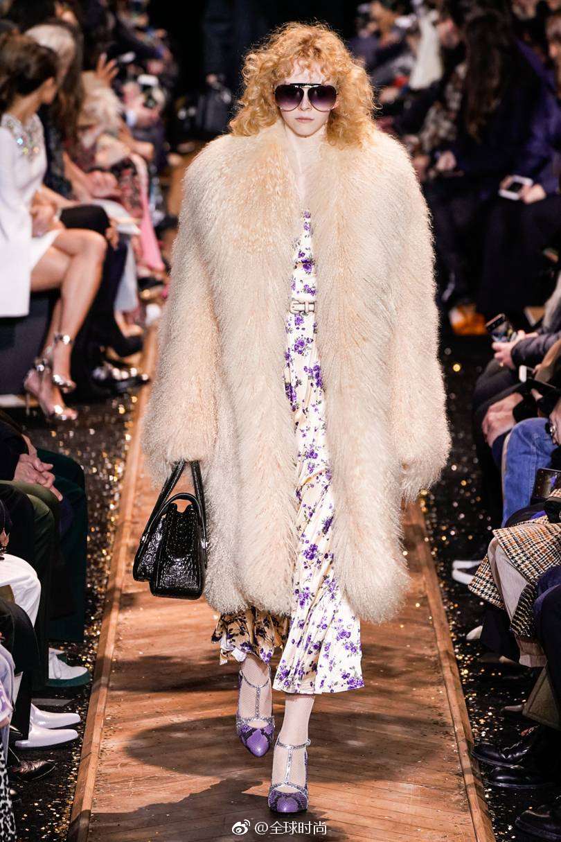 7fd374bd9232 Michael Kors 2019 秋冬系列Ⅰ灵感于20世纪70年代的华丽与繁荣,让我们痴迷于这些身穿亮片裙,又有诱人的黑色网袜的海报女郎!真好看!