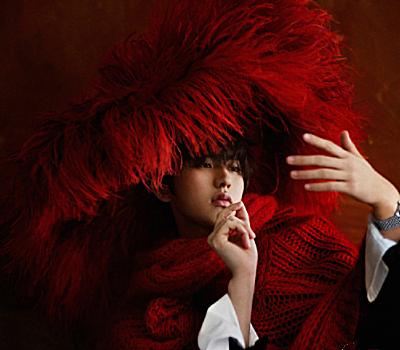 """蔡徐坤微博晒新造型,""""红毛""""衣太抢镜,这潮流我是欣赏不来!"""
