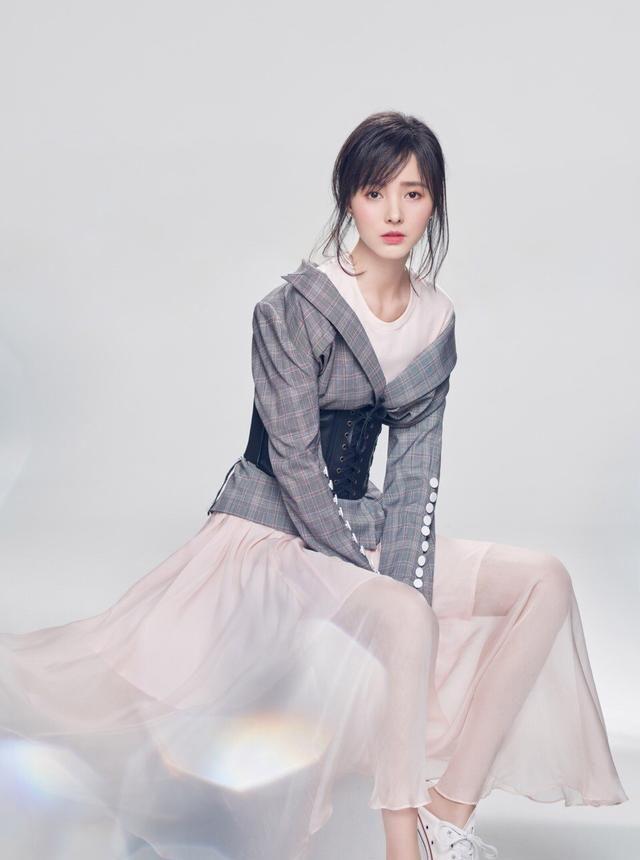 容貌出色的程小蒙,蕾丝短裙时尚穿搭,尽显灵动俏皮的美少女