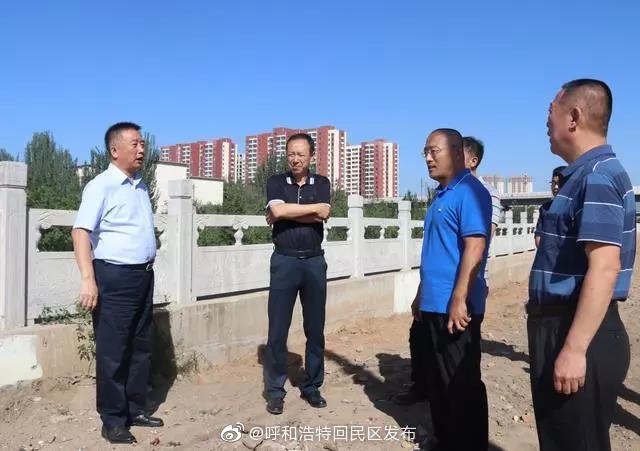8月14日上午,回民区委书记马慧军一行来到乌里沙河河道两侧