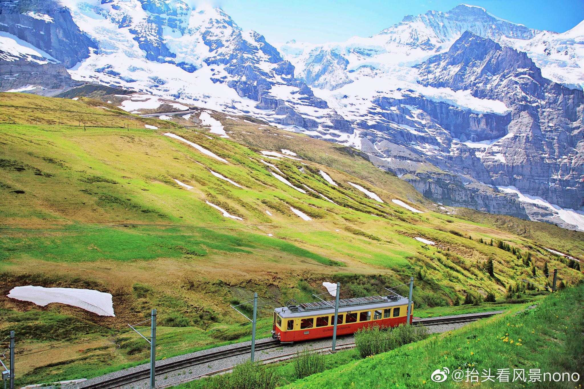 都說最美的風景在路上,瑞士真正完美的詮釋了這句話。琉森--鐵力士山,琉森--因特拉肯,因特拉肯--少女峰,乘坐瑞士火車,無論那一條線路,車窗外美妙的風景,絕對讓你無暇分神。甚至都不忍小憩一下,生怕錯過了更美的風景。琉森--因特拉肯,是瑞士著名的金色山口快車的一部分,一路穿行在湖光山色中,或悠閑或清新,或雄偉或壯麗,田園詩一般的美景。因特拉肯--少女峰,三段火車各有特色,白的雪山,青的草地,藍綠的湖水,山間不時的飛瀑,時刻穿行在詩與畫之間。nono小貼士:以上路線,瑞航和瑞旅局推出的Stopover旅游套