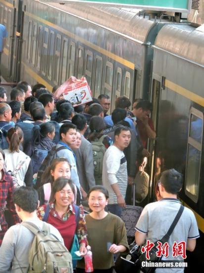 资料图:火车站迎来客流高峰。 邓良奎 摄