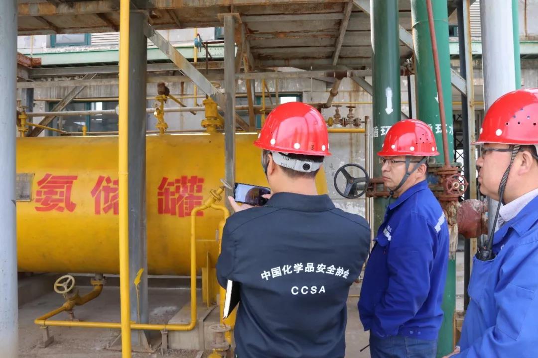 明查暗访组专家在山东鸿瑞新材料公司用防爆手机拍下隐患。
