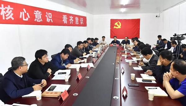 在龚庄村征迁安置工作指挥部,陈刚主持召开座谈会,听取相关各方的工作汇报,安排部署下一步工作。刘向阳摄