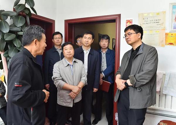 陈刚一行来到容城县八于乡龚庄村,随机入户走访,面对面听取基层干部群众意见。刘向阳摄
