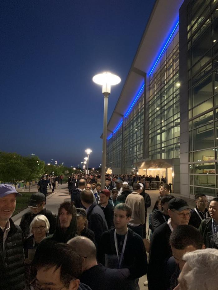 巴菲特股东大会最后一场?凌晨5点会场外已排长龙