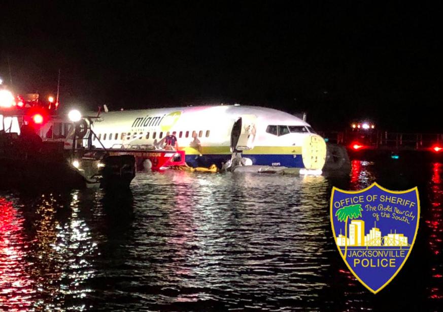 美国一架波音737滑出跑道坠河 机上人员全部逃生