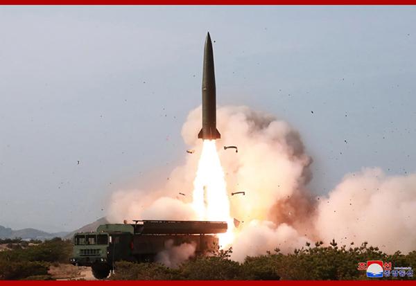朝鲜公布火力打击训练照片,可见此次训练使用了近程弹道导弹。图片来源:朝鲜中央通讯社