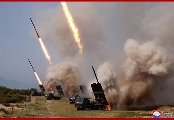 除了近程导弹,此次训练还动用了大口径多管火箭炮。