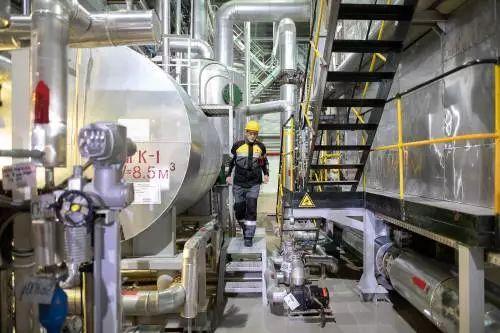 ▲资料图片:在俄罗斯克拉斯诺亚尔斯克边疆区的万科尔油田,工作人员在发电站内执勤。(新华社)