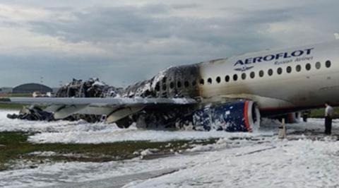 俄SSJ100起火客机(来源:俄罗斯联邦紧急情况部)