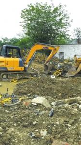 一辆挖掘机在清理报废共享单车
