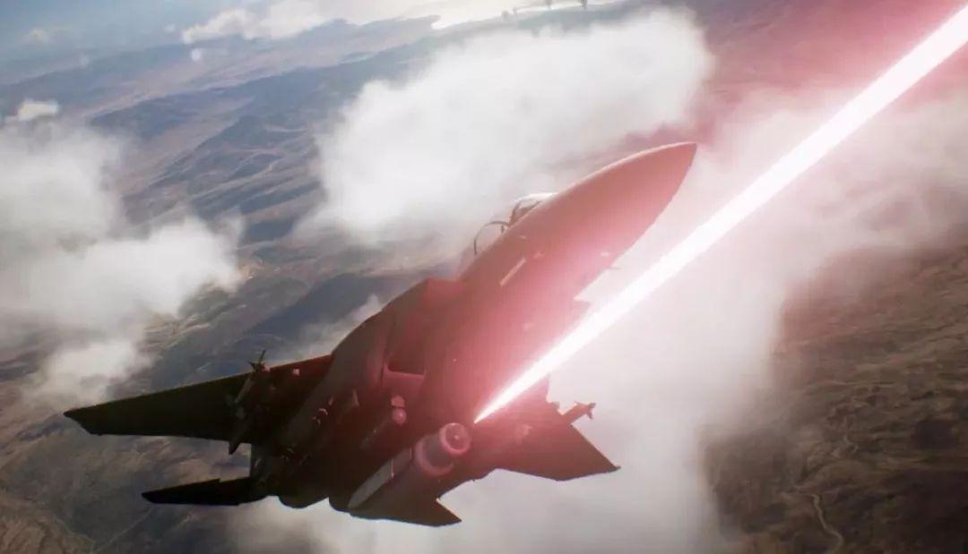 """▲按计划,美空军将于2021年在F-15战机上测试""""神盾""""激光炮,届时F-15可能世界上首种搭载激光武器的战斗机。图为游戏《皇牌空战7》中,F-15使用激光炮吊舱的视频截图。"""
