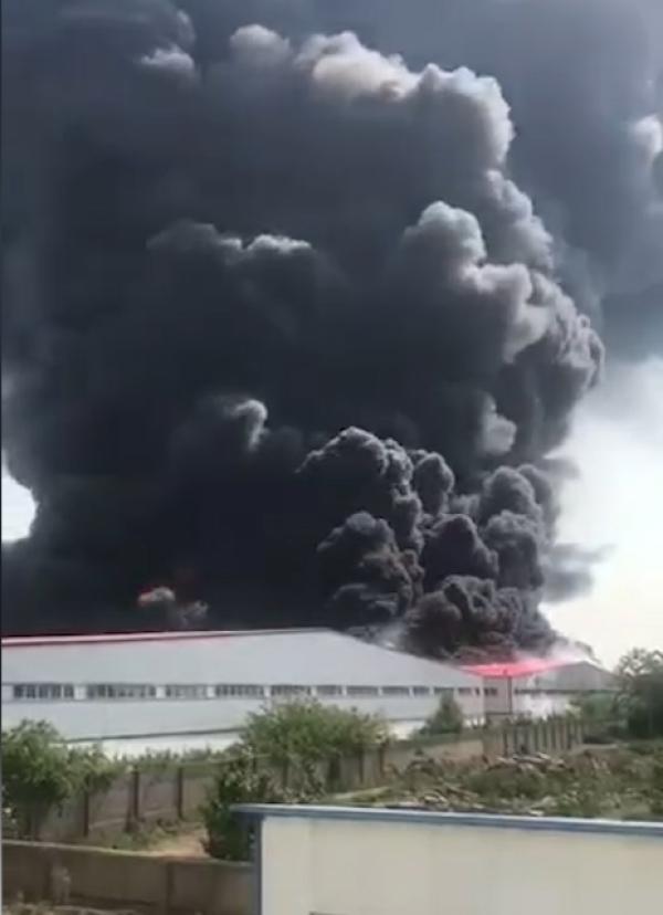 河南一格力倉庫起火現場濃煙滾滾 沒發現有傷亡人員