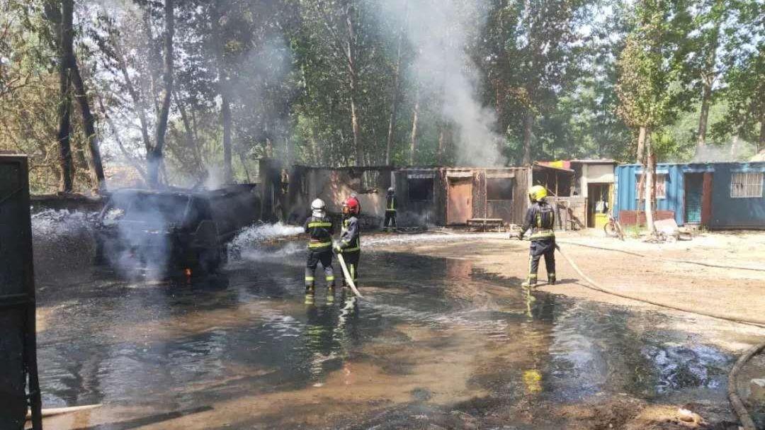 消防救援人员正在对起火的柴油罐车进行灭火。北京消防供图