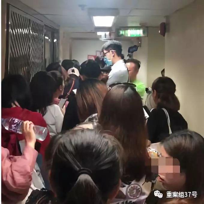 ▲环亚体检集团佐敦店门口挤满了维权的人。 受访者供图