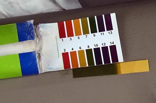 现场pH试纸测试,淋溶液呈强碱性。