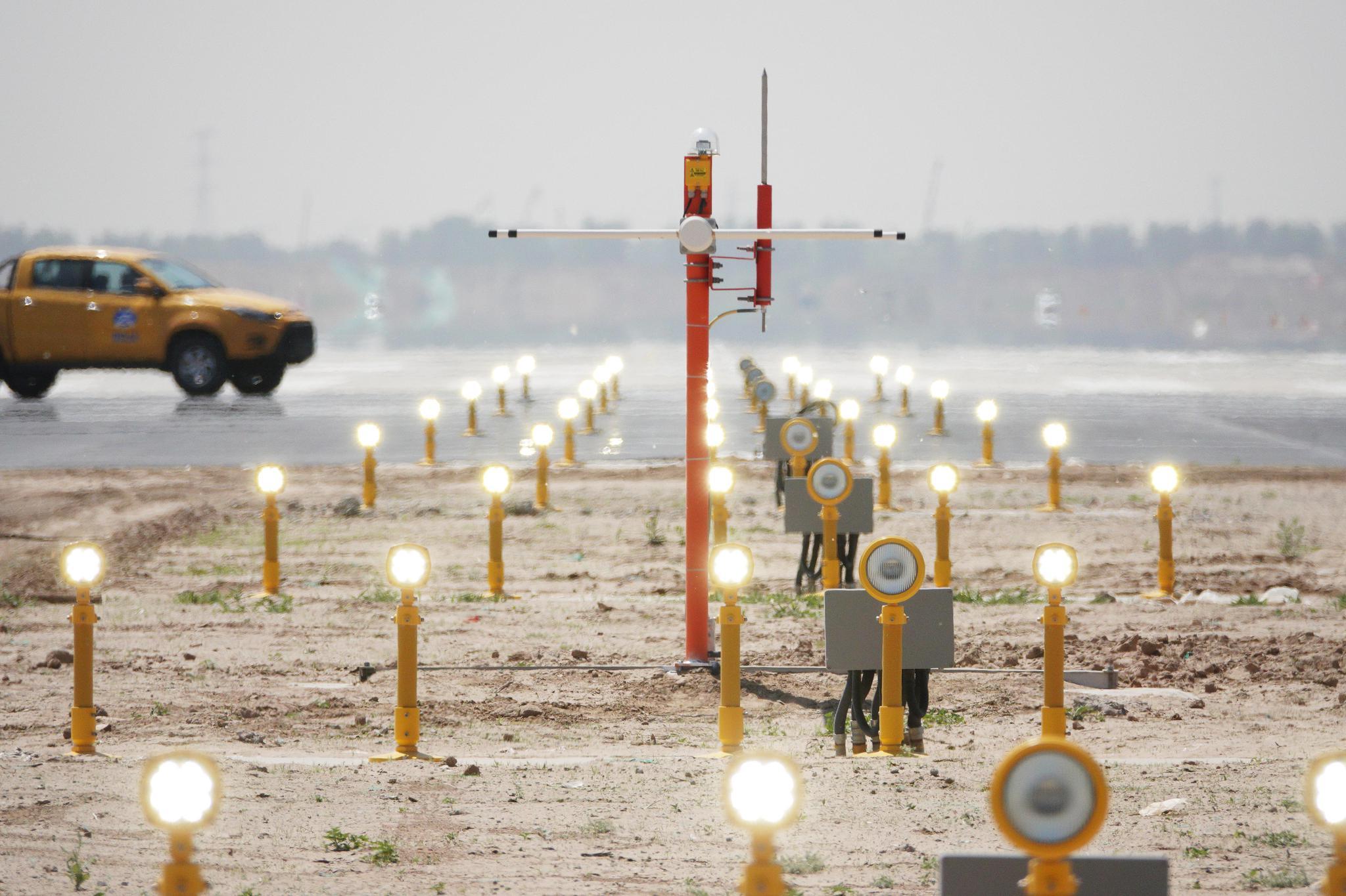 2019年5月7日,大兴机场跑道上的进近引导灯光开始开灯调试。图源:华北空管局