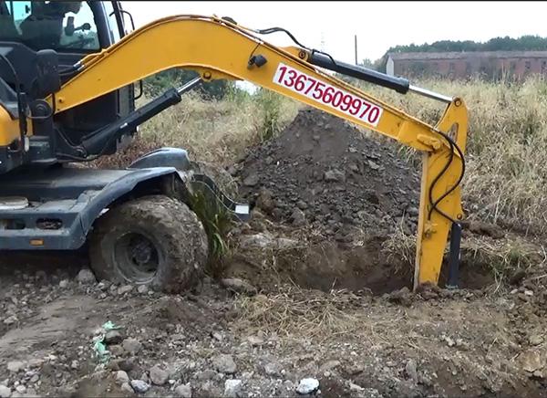 在一处未纳入调查和整治的空地上挖出工业固体废物。