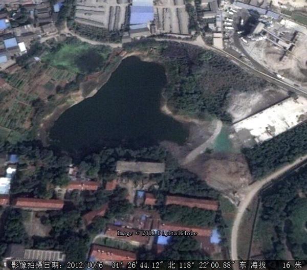 2012年10月卫星图片显示,水塘中已出现工业固废。 本文图片均来自中央环保督察组