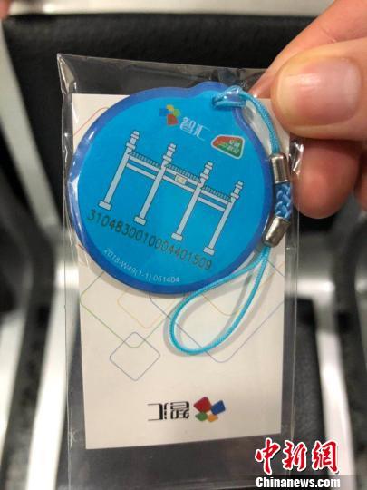 在这个窗口,首次来南京的台胞可免费办理一张市民交通卡,可在大陆300多个城市通乘地铁、公交等公共交通。 朱晓颖 摄
