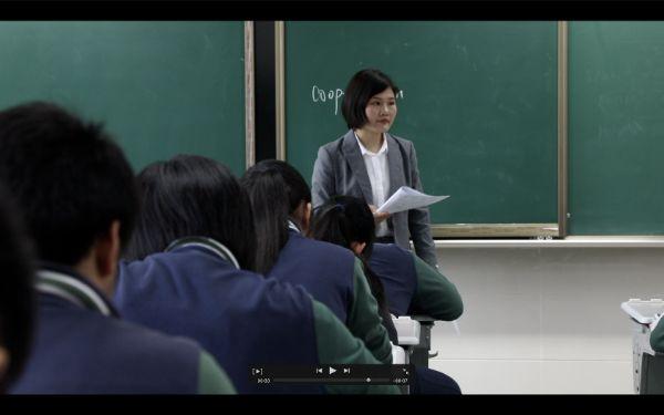 若男在学校代课教英语。视频截图