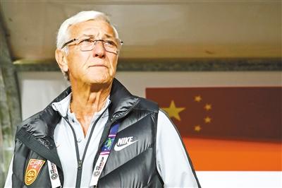 """在刚刚过去的这个周末,作为""""银狐""""里皮执教工作最得力的两位助手,德罗索、马达洛尼分别出现在上海上港与山东鲁能(左图)、广州恒大与江苏苏宁(右图)两场中超焦点比赛的现场。"""