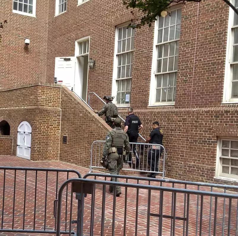 警察进入使馆大楼,图源:推特