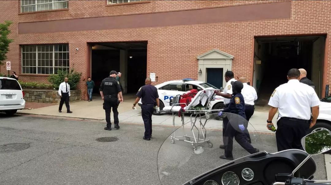 一个救护轮床被推进大使馆